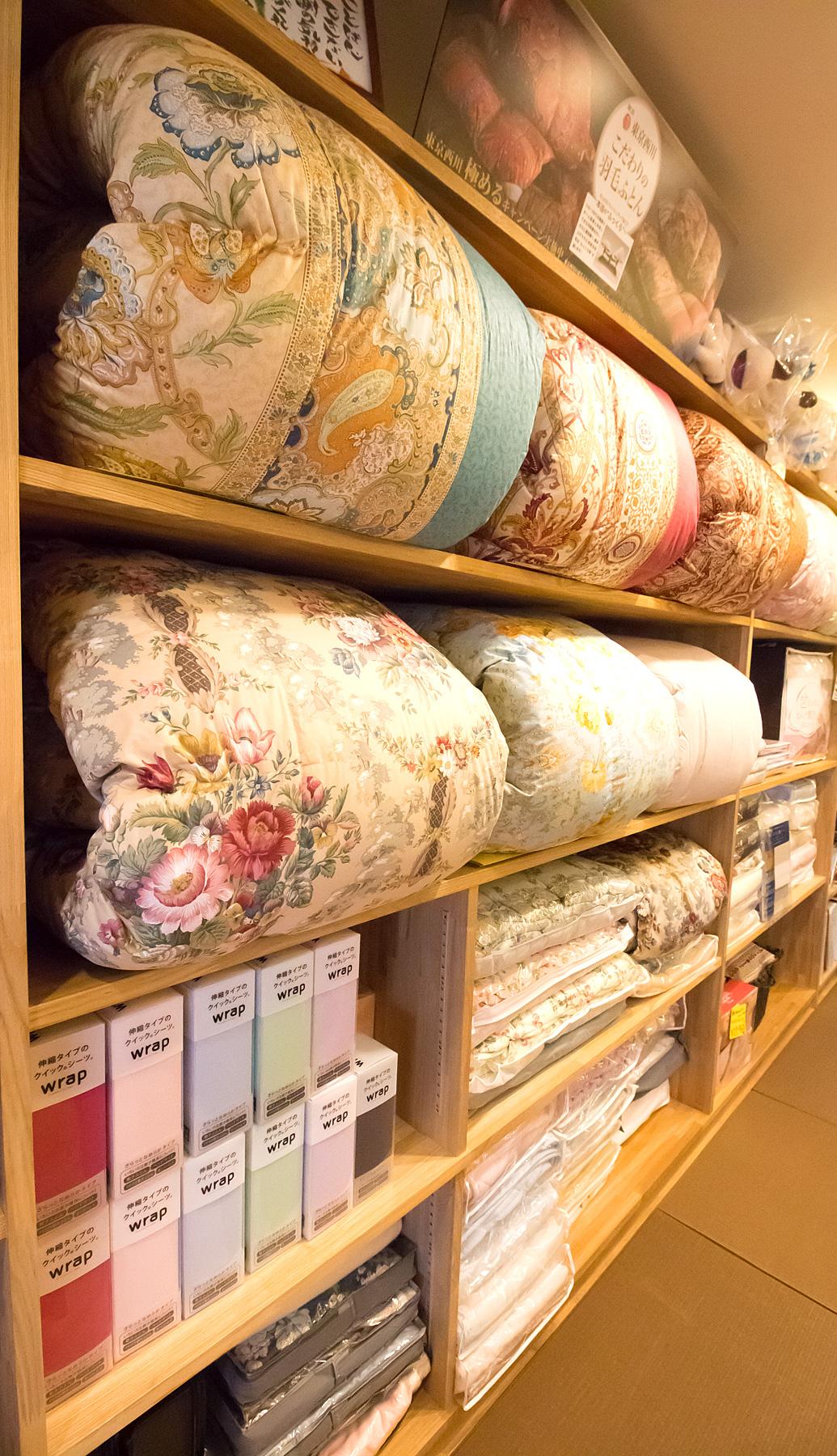 糸賀ふとん店内の風景 ふとんが並べられています