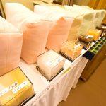 糸賀ふとん店内の風景 枕が並べられています